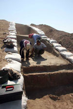 Abbas Alizadeh excavating at Tell Zeidan